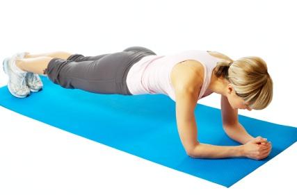 Además de este ejercicio, también se pueden hacer apoyándonos solo en un brazo y colocando nuestro cuerpo perpendicular al suelo en lugar de paralelo para desarrollar los obliguos